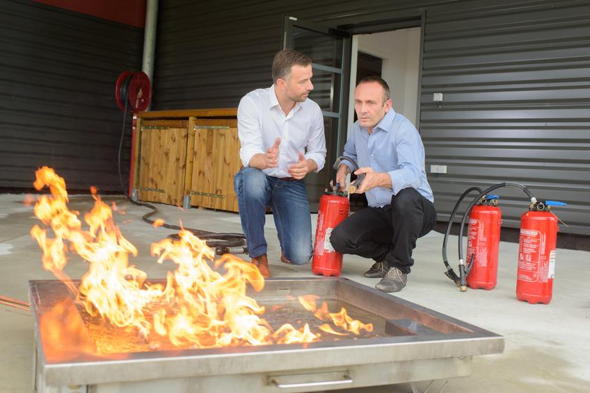Apprendre à utiliser un extincteur sur feu réel