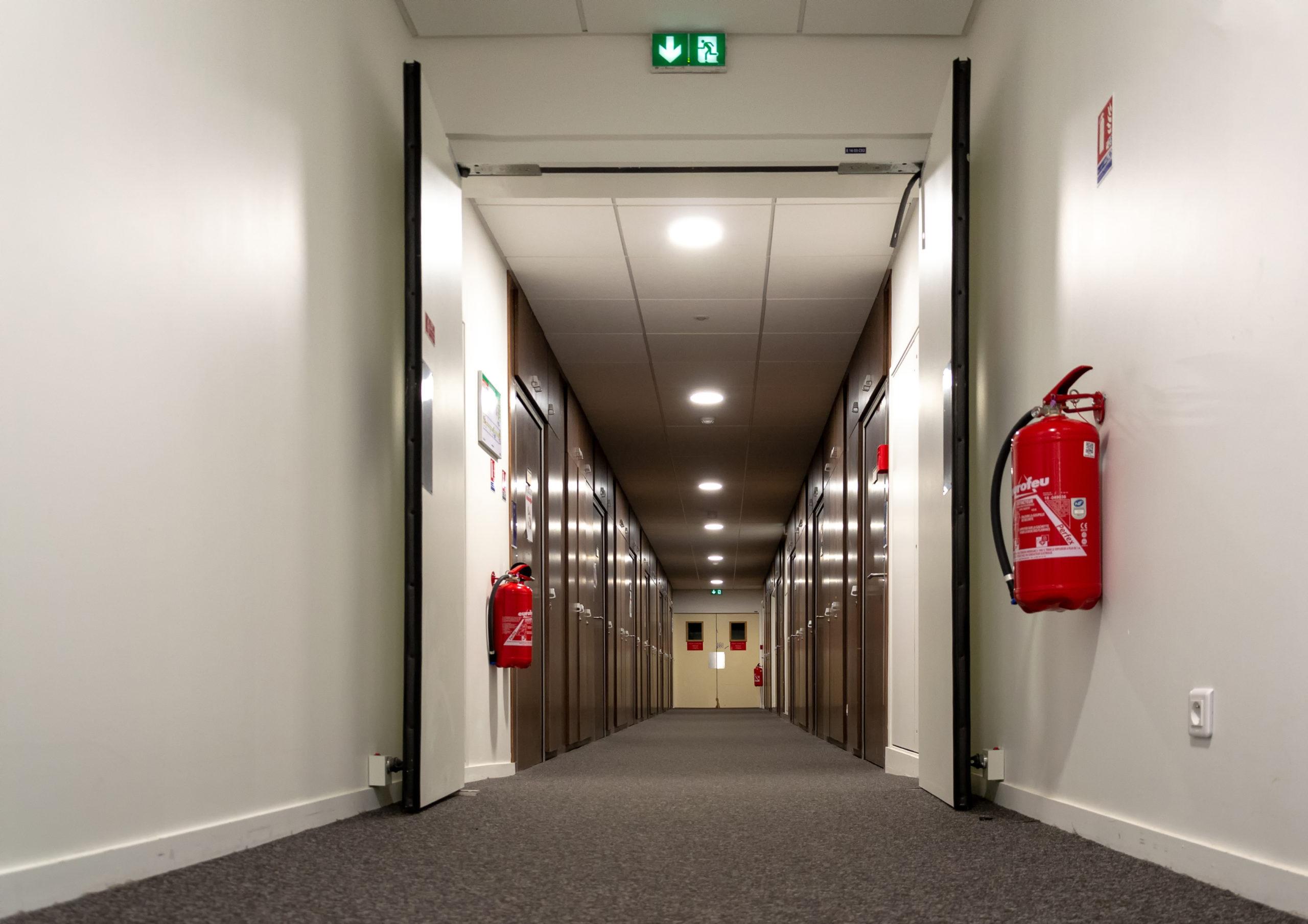 couloir évacué par les guides file et serres files suite à un exercice d'évacuation