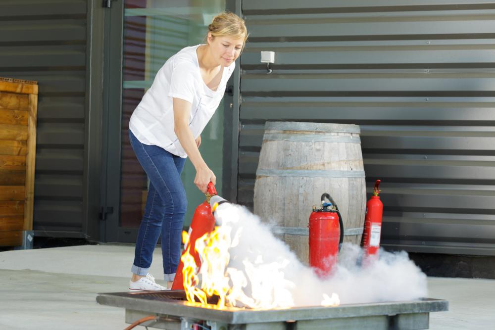 utilisation d'un extincteur CO2 sur bac à feu